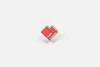 Деревянный значок Роман с книгой